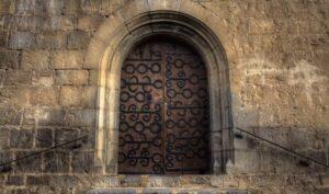puerta-típica-tallada-madera