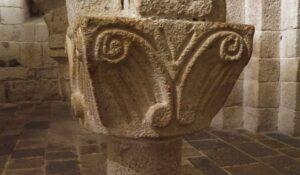 decoración-sencilla-de-capitel-románico